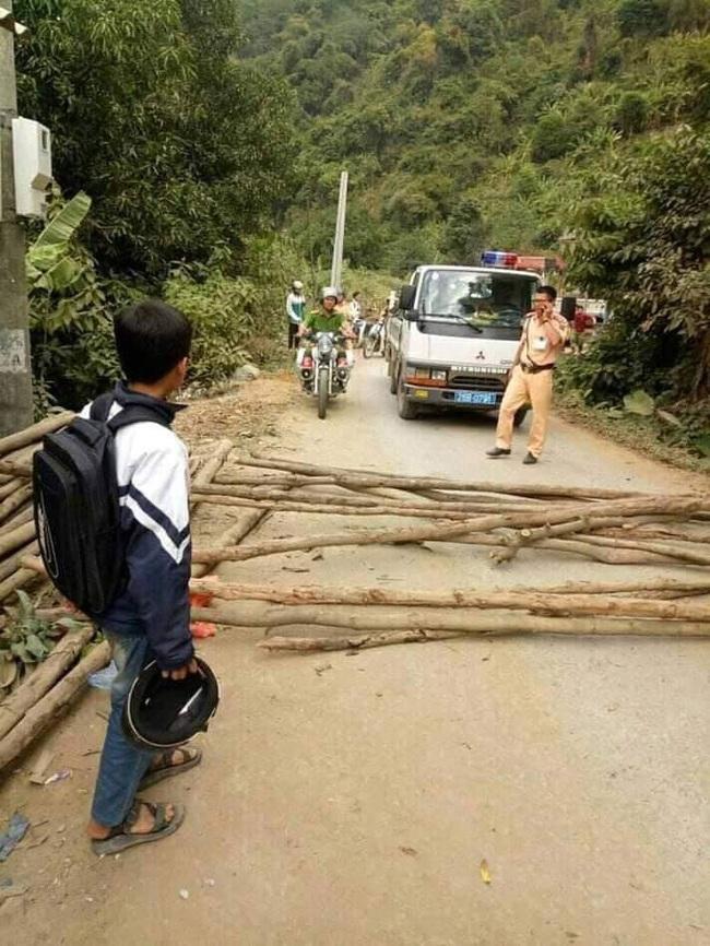 Sơn La: Bức xúc vì bị bắt xe, dân mang gỗ ra đường chặn ô tô của CSGT - Ảnh 1.