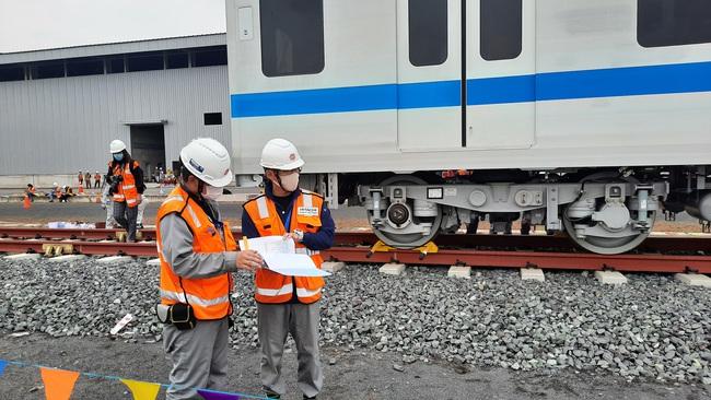 Xem độ tỉ mỉ của các chuyên gia, kỹ sư nước ngoài lắp đặt toa tàu metro lên đường ray tại TP.HCM - Ảnh 8.