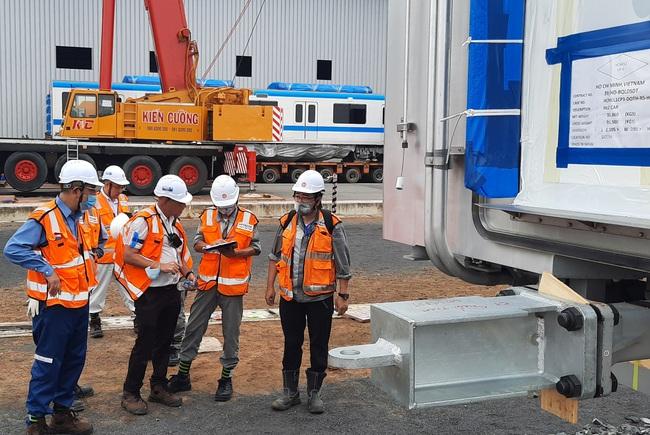 Xem độ tỉ mỉ của các chuyên gia, kỹ sư nước ngoài lắp đặt toa tàu metro lên đường ray tại TP.HCM - Ảnh 9.