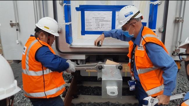Xem độ tỉ mỉ của các chuyên gia, kỹ sư nước ngoài lắp đặt toa tàu metro lên đường ray tại TP.HCM - Ảnh 10.