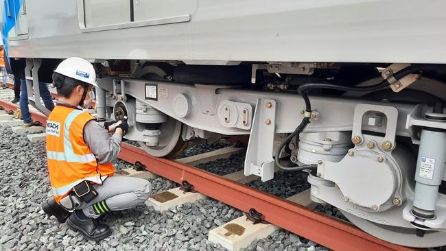 Xem độ tỉ mỉ của các chuyên gia, kỹ sư nước ngoài lắp đặt toa tàu metro lên đường ray tại TP.HCM - Ảnh 11.