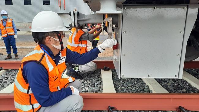 Xem độ tỉ mỉ của các chuyên gia, kỹ sư nước ngoài lắp đặt toa tàu metro lên đường ray tại TP.HCM - Ảnh 12.