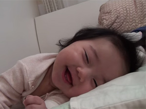 """Clip: Bé gái """"ngủ cười"""" thu hút 13 triệu lượt xem"""