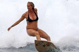 Bà bầu lướt sóng 5 tiếng mỗi ngày trong suốt thai kỳ