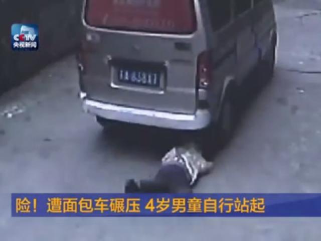 TQ: Em bé bị ô tô cán qua người đứng dậy đi như thường