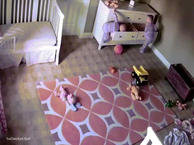Mỹ: Em sinh đôi bị tủ đè, bé trai 2 tuổi ra tay giải cứu