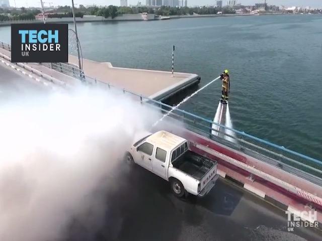 """Video: Lính cứu hỏa Dubai dùng """"khinh công"""" để chữa cháy"""
