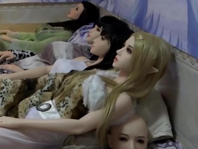 TQ: Hai cha con sống hạnh phúc với 7 robot tình dục