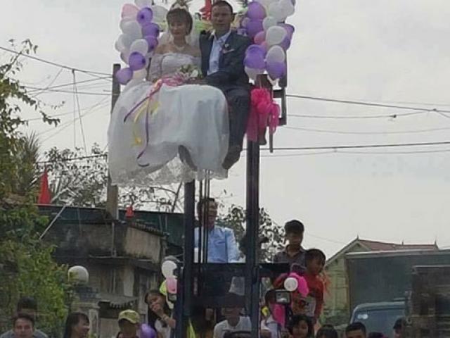 Màn rước dâu kì quặc: Cô dâu chú rể ngồi vắt vẻo trên xe nâng