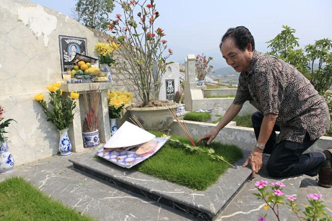 Lạ lùng: Tết Thanh minh, đi tảo mộ cho chính mình