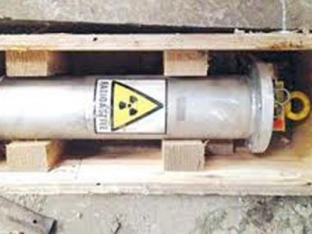 Thiết bị phóng xạ được cất trong két sắt dưới cầu thang