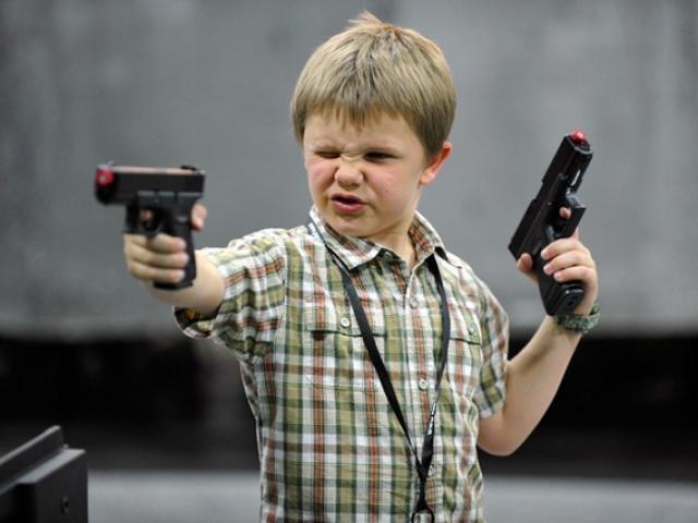 Mỹ: Cậu bé 11 tuổi bắn tên trộm khóc như mưa