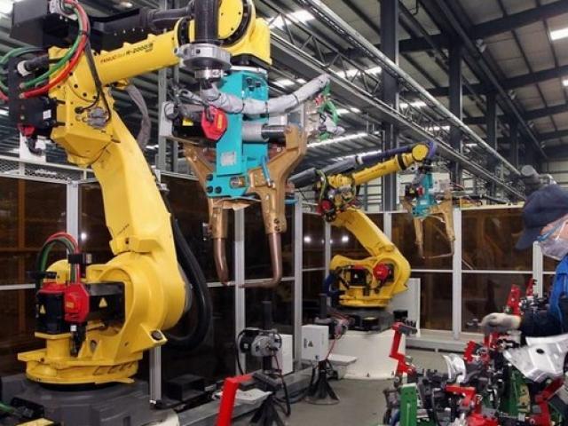 """Robot """"cướp"""" việc sản xuất iPhone của 60.000 người TQ"""