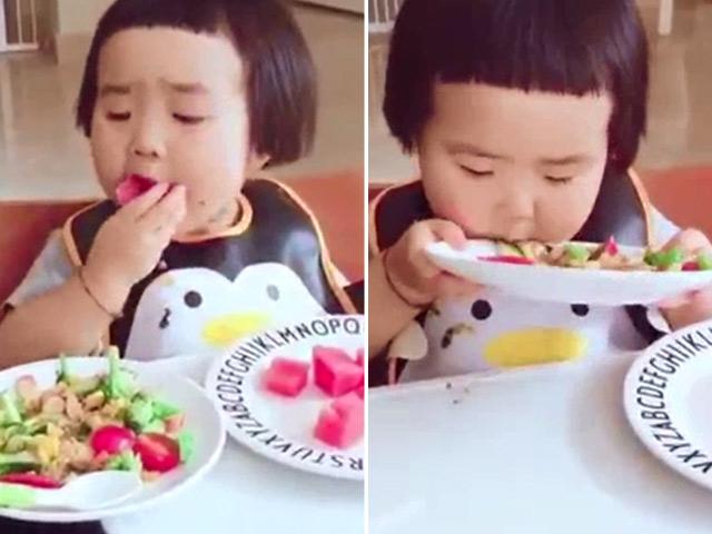 Clip: Bé ngố ham ăn khiến người lớn cũng phát thèm
