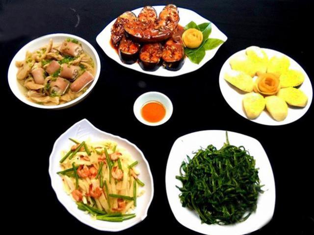 Bữa cơm có cá kho, rau muống luộc vô cùng hút cơm
