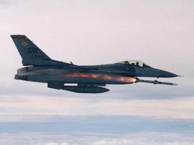 Chiến đấu cơ Mỹ bất ngờ dội bom đoàn xe quân đội Syria