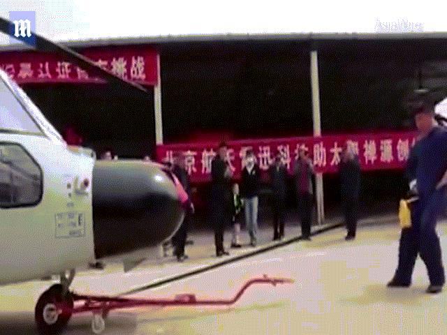 """Võ sĩ kungfu TQ dùng """"của quý"""" kéo máy bay trực thăng"""