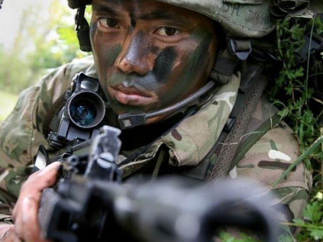 """Siêu chiến binh """"3 đầu 6 tay"""" diệt 30 phiến quân Taliban"""