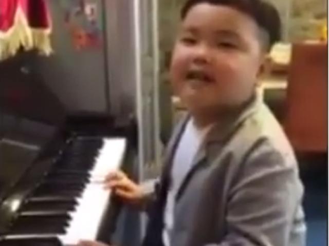 Con trai Xuân Bắc gây cười khi hát hit của Tuấn Hưng