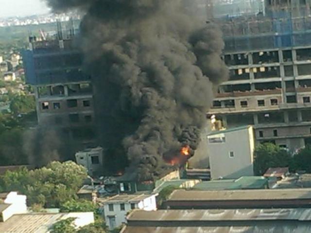 Hà Nội: Cháy xưởng gỗ, công nhân tháo chạy thoát thân