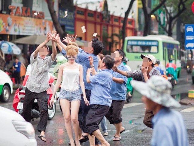 """Cô gái mặc gợi cảm tung tiền """"giải đen"""" trên phố Sài Gòn"""