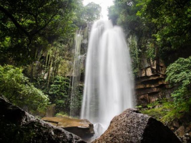"""Khám phá thị trấn """"ma"""" trong rừng ở Campuchia"""