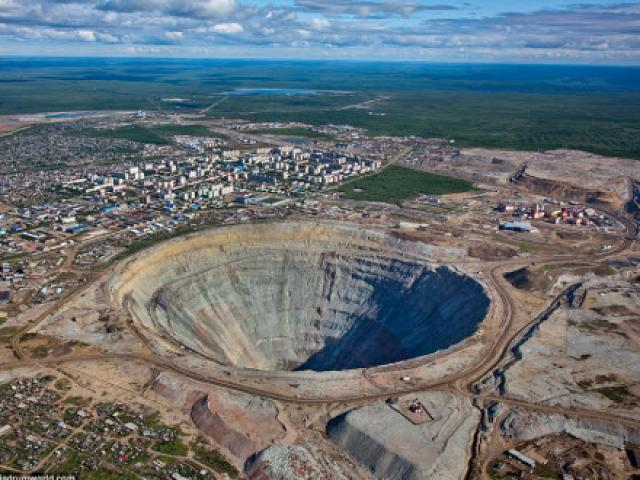 """Khám phá hố khổng lồ """"đẻ"""" kim cương nhiều nhất thế giới"""