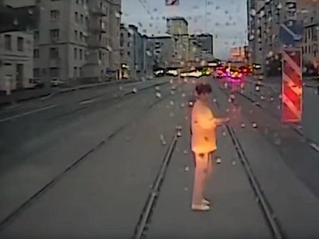 Nga: Bị tàu điện đâm chết vì tập trung vào điện thoại