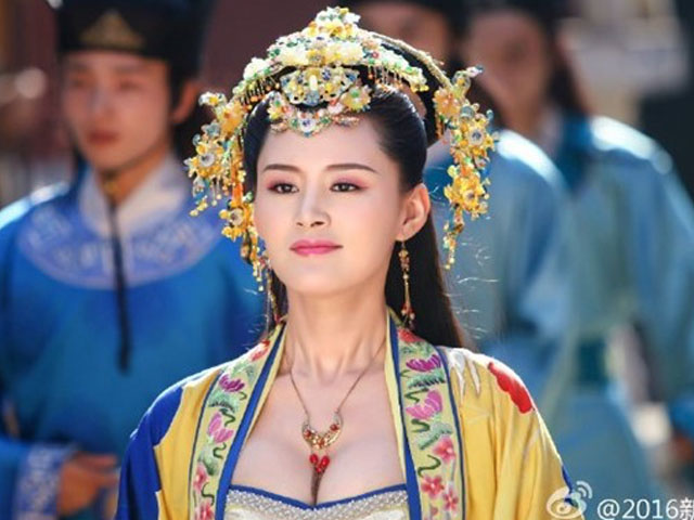"""Phim """"Bao Thanh Thiên"""" gây tranh cãi vì sao nữ hở bạo"""