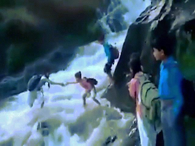 Rợn người cảnh học sinh vượt sông dữ tới trường ở Ấn Độ