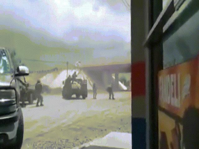 Video: Quân đội Mexico xả mưa đạn vào xe băng đảng ma túy
