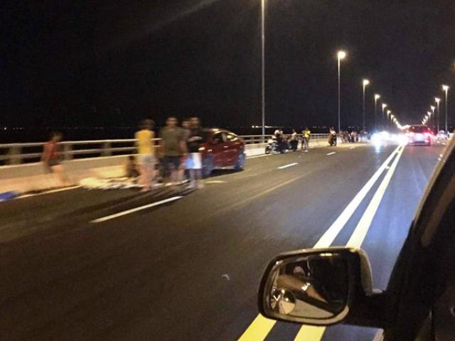 Vô tư trải chiếu ngồi nhậu trên cầu vượt biển dài nhất VN