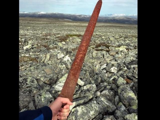 Na Uy: Đi săn tuần lộc vớ được kiếm cổ 1.100 năm tuổi