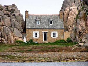 """Đến Pháp xem ngôi nhà """"mắc kẹt"""" giữa hai tảng đá"""