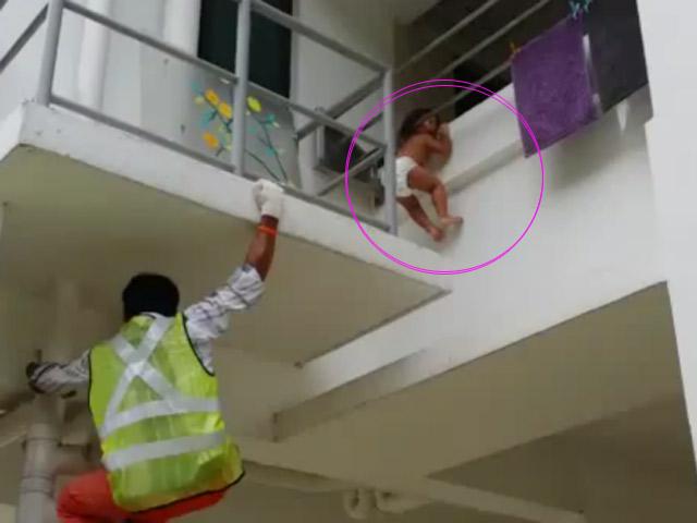 Thót tim màn giải cứu em bé kẹt đầu ở lan can