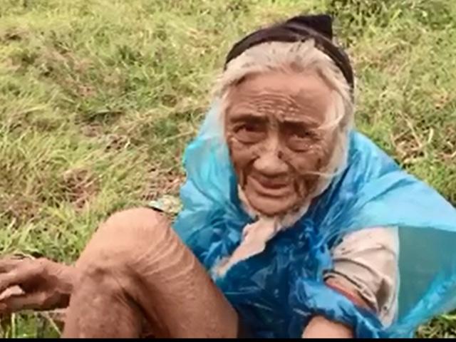 Gặp cụ bà 90 tuổi mò cua bắt ốc nuôi thân ở Hà Nội