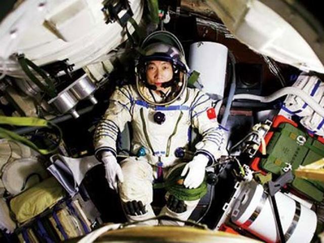 """""""Tiếng gõ cửa"""" tàu vũ trụ khiến phi hành gia TQ khiếp vía"""