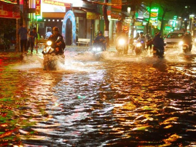 """""""Quái vật"""" hút nước trong cơn mưa như trút, rốn ngập Sài Gòn ra sao?"""