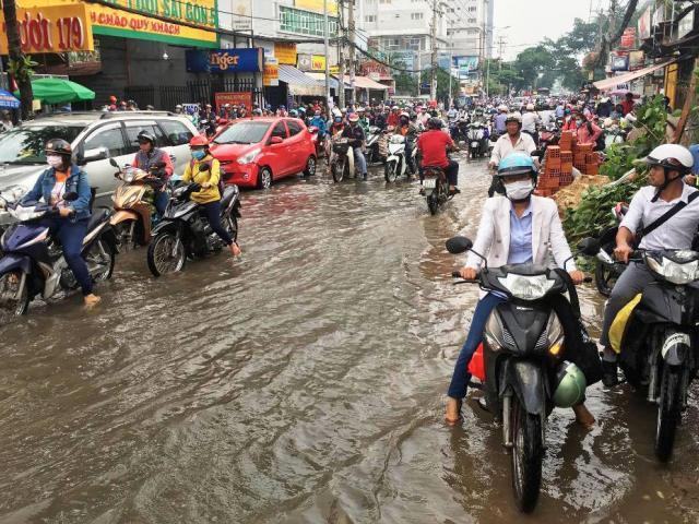 """Ngập nước kẹt xe bủa vây, người Sài Gòn như hóa điên vì """"chôn chân"""" trên đường"""