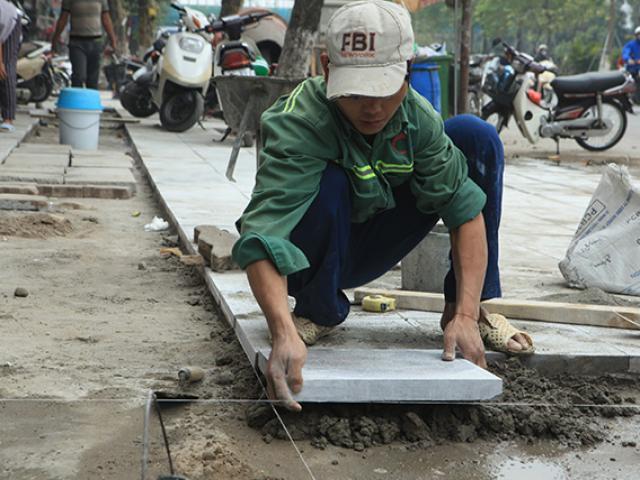 Hà Nội tiếp tục lát vỉa hè bằng đá tự nhiên có độ bền 70 năm