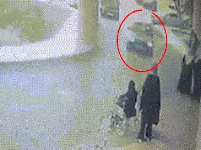 Vừa xuất viện, người phụ nữ bị ô tô lao tới đâm