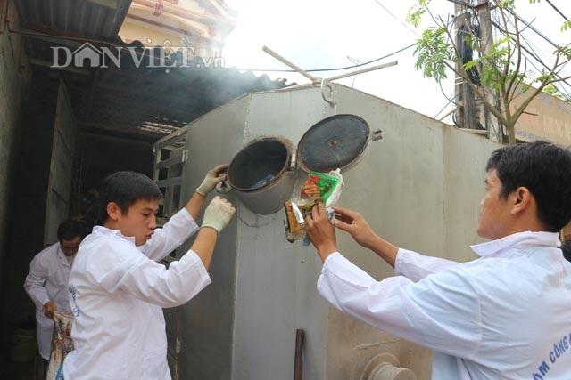 Trưởng Nhóm Kim Cương Việt Tào Nguyên Giáp (trái) và thành viên nhóm đang cho rác vào máy xử lý rác. Ảnh: Đăng Trình.