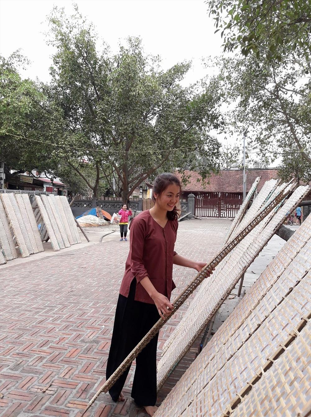 Công đoạn phơi bánh của người dân làng Thổ Hà.
