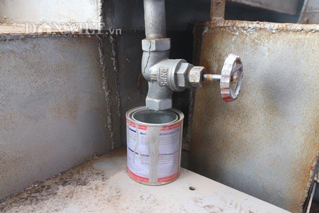 Vòi chiết dầu thô của máy xử lý rác thải dân sinh của Nhóm Kim Cương Việt. Ảnh: Đăng Trình.