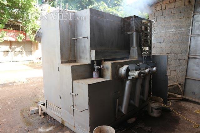Mặt sau của máy xử lý rác dân sinh do nhóm Kim Cương Việt sáng chế. Ảnh: Đăng Trình.