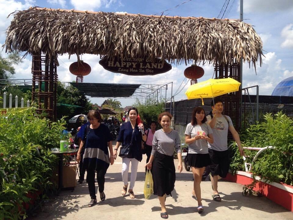 Du khách tham quan cơ sở hoa kiểng Hùng Thy.