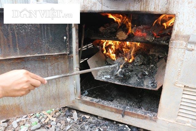 Rác đốt trong máy có 2 lò đảo nhiệt, nhiệt độ đốt hàng nghìn độ C. Quá trình đốt sản sinh khí gas và dầu thô. Tro được đốt tiếp lần 2 tạo kali nguyên sinh dùng ủ rác hữu cơ tạo phân sinh học. Ảnh: Đăng Trình.