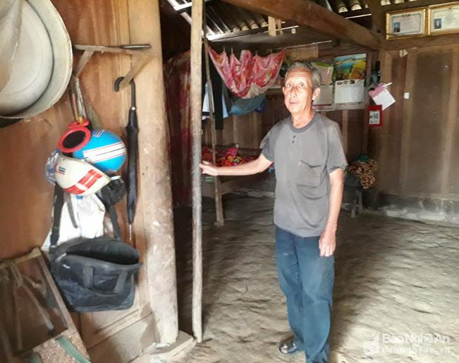 Già làng Chà Giờ giới thiệu về chiếc cọc tre trong gia đình. Ảnh: Xuân Hòa