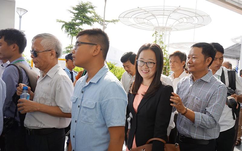 Chị Đặng Phương Dung (ngụ quận Phú Nhuận) cho biết, nghe thông tin TP mở tuyến buýt này đã chục năm nay nhưng đến hôm nay mới được trải nghiệm.