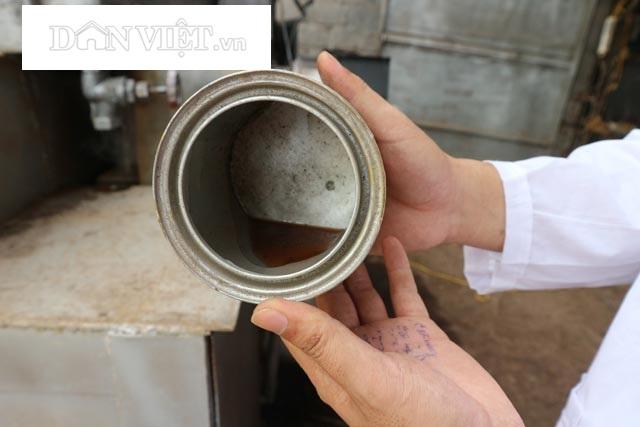 Cận cảnh dầu thô thu được sau khi đốt rác bằng máy xử lý rác thải dân sinh. Ảnh: Đăng Trình.